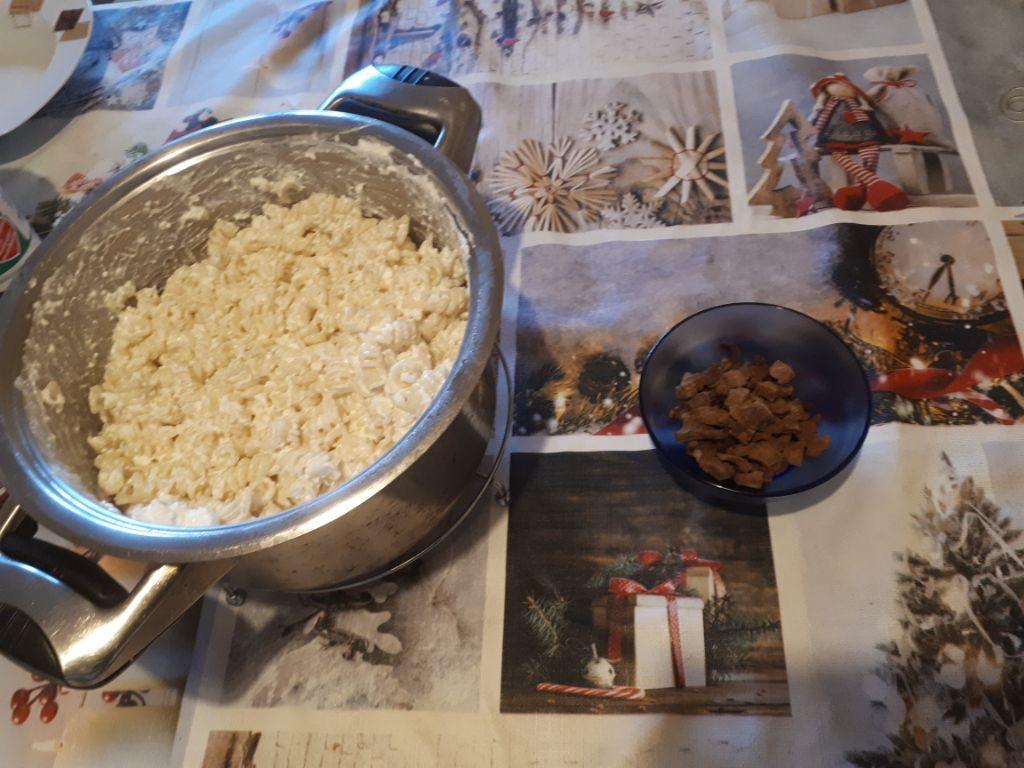 túrós tészta készítés közben
